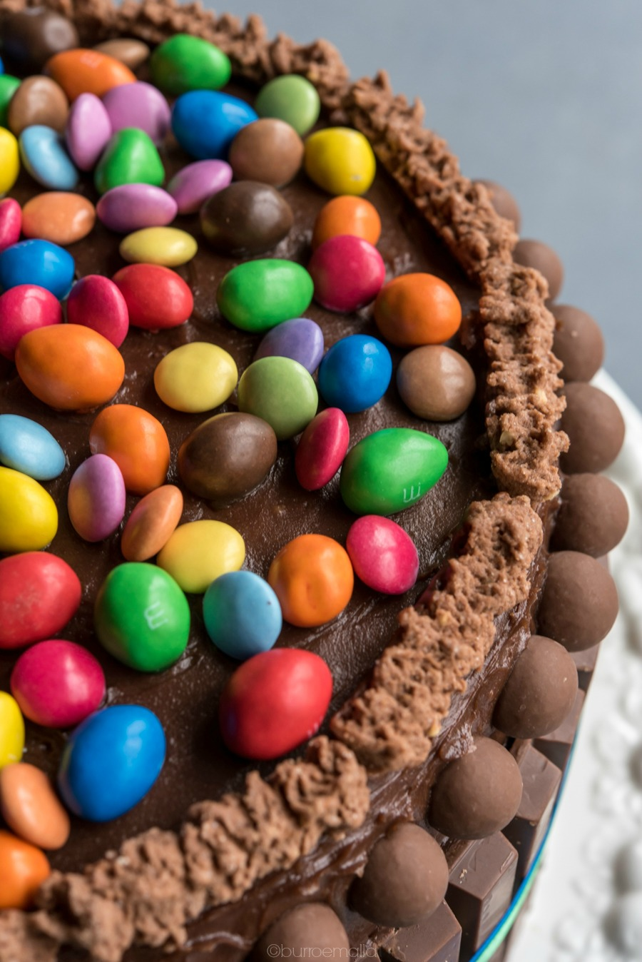 torta kit kat colorata con m&m e smarties