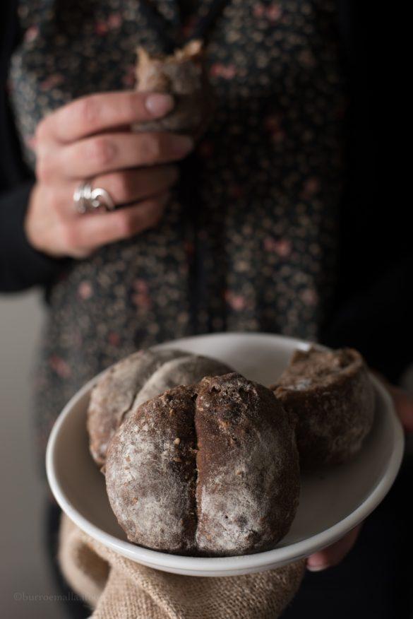 pane nero piemontese con noci e fichi secchi