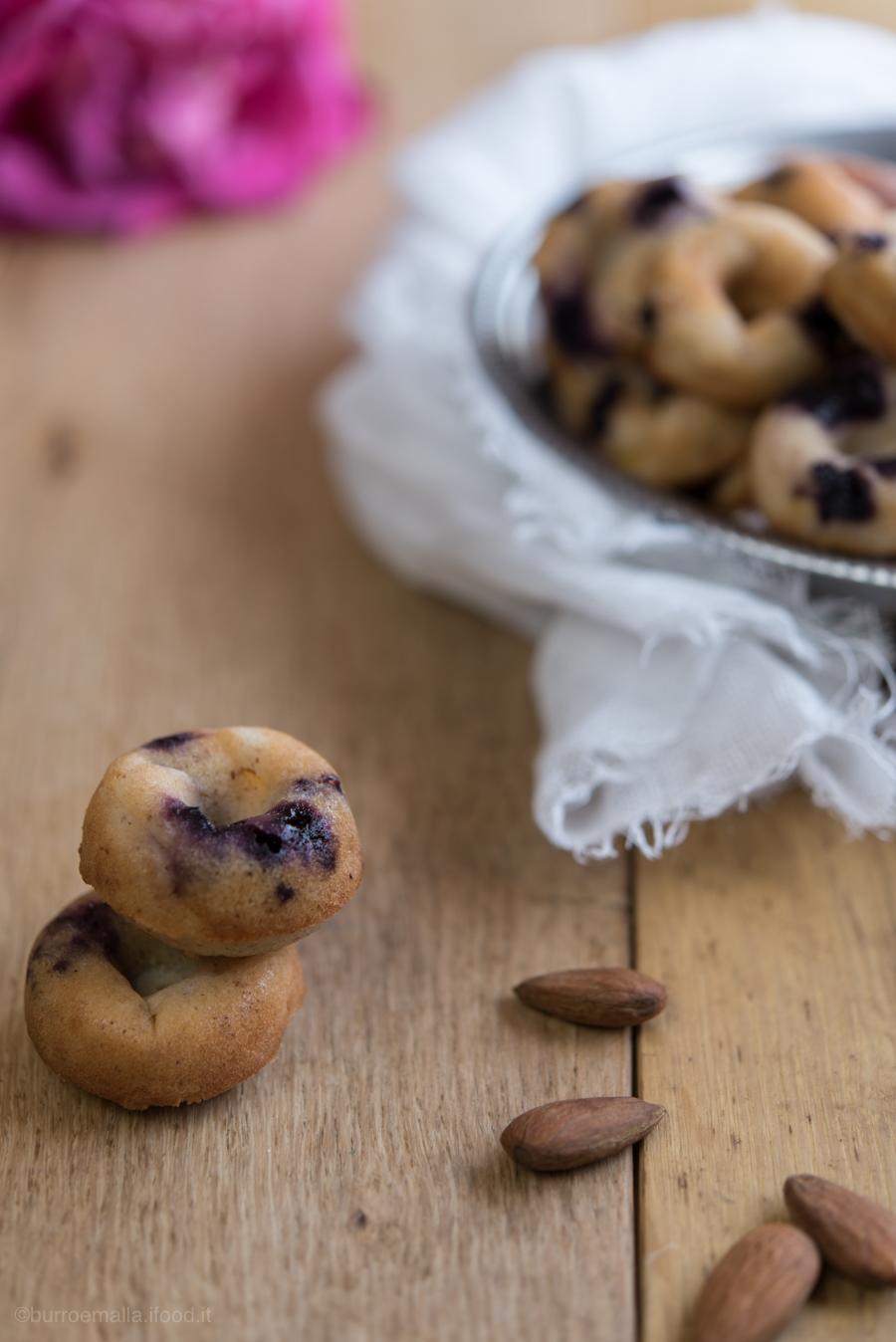 mini donuts alle mandorle, pesche e mirtilli