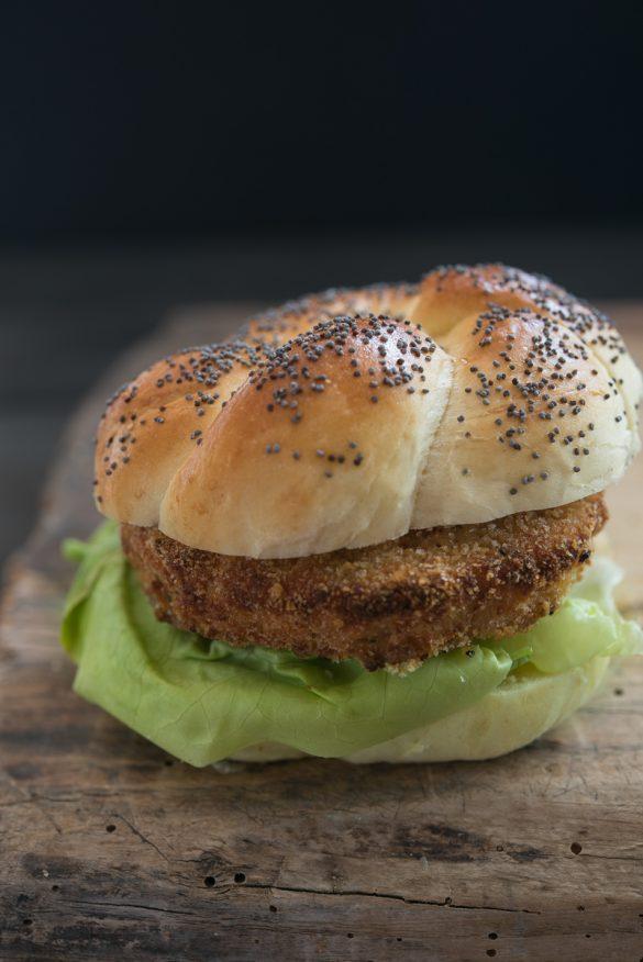 Prawn katsu burger panino sul tagliere