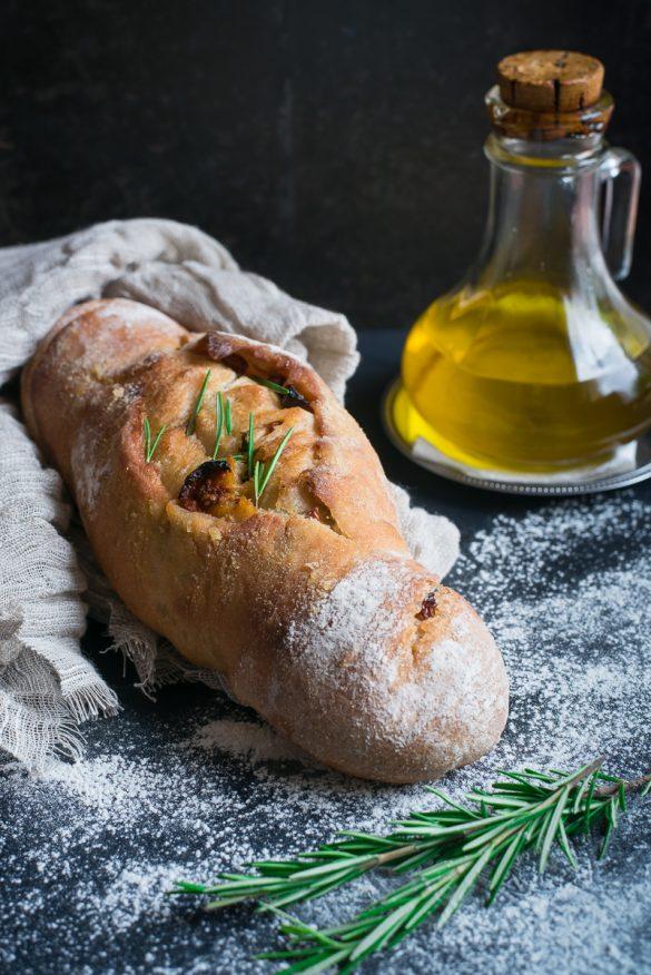 Pane arrotolato al rosmarino e pomodorini pachino secchi